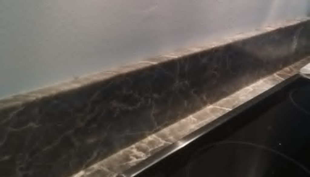 Does kitchen backsplash have to go all the way up to cabinets?
